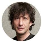 Moldura com foto do escritor Neil Gaiman.