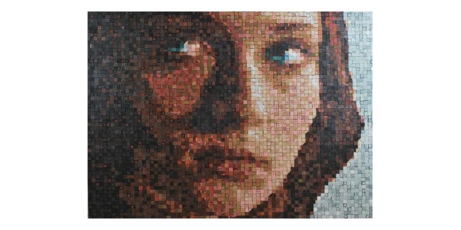 Imagem em mosaico do rosto de uma garota. Ela está séria e olha para o lado com uma expressão concentrada.
